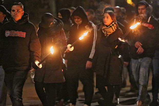 Rechtsextremismus: Die Demonstranten marschierten mit Fackeln durch die Stadt © Hardy Krüger