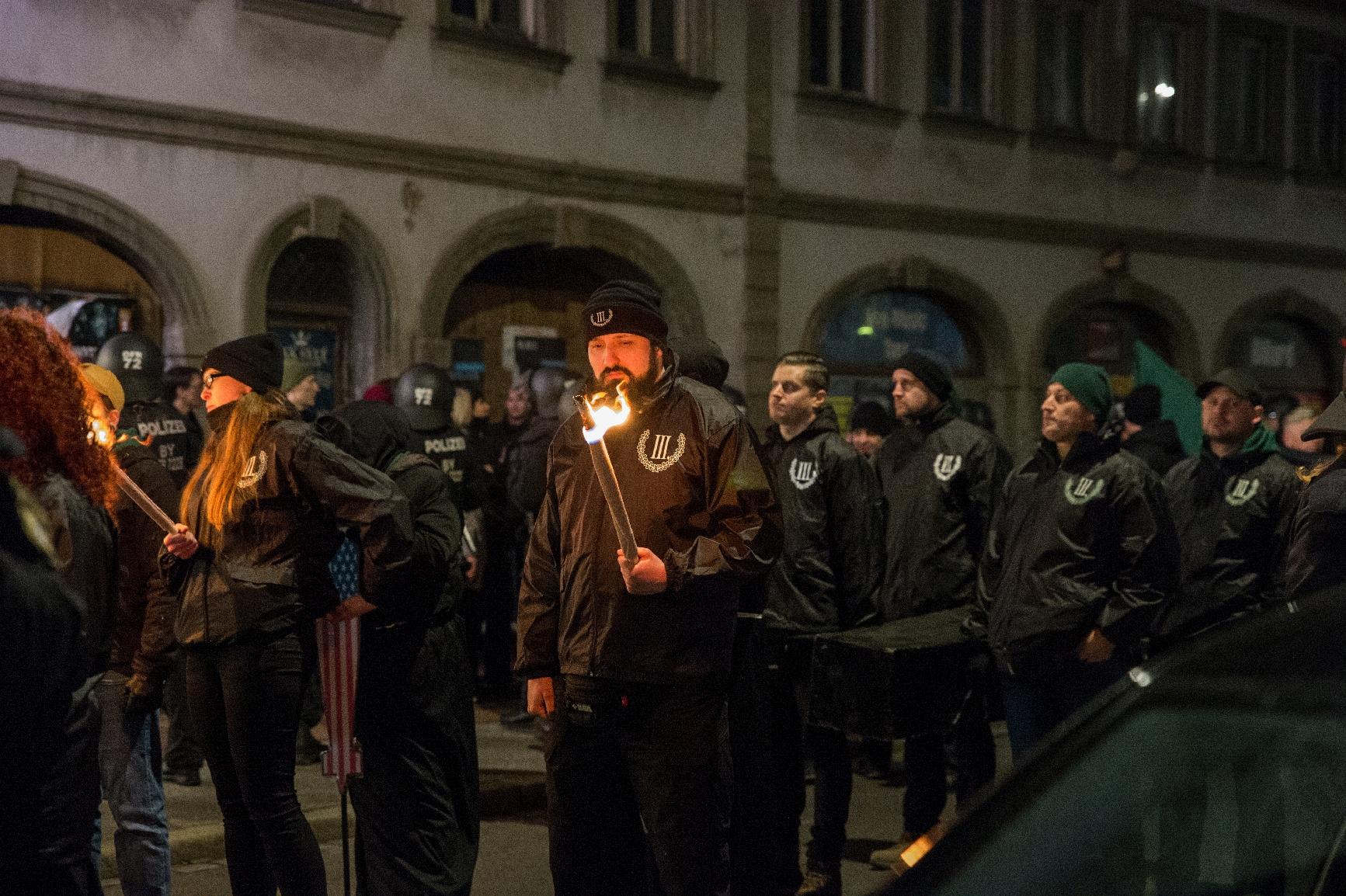 Neonazis müssen während den Blockaden in der Kälte ausharren