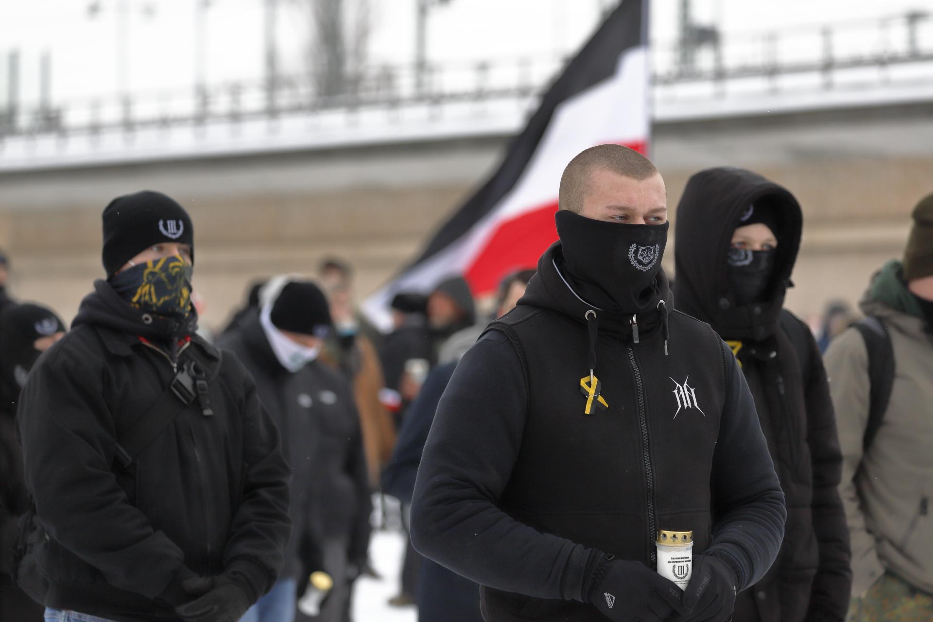 Ein Neonazi der Kleinstpartei III. Weg beim Aufmarsch in Dresden