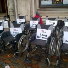 Leere Rollstuehle mit Plakaten