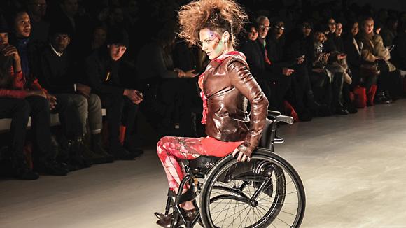 Model im Rollstuhl
