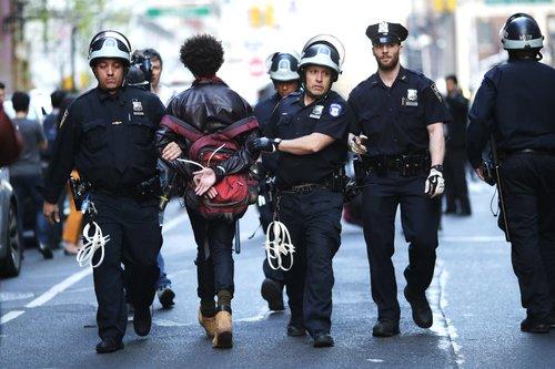 Wie US-Polizisten Afroamerikaner behandeln – und Weiße