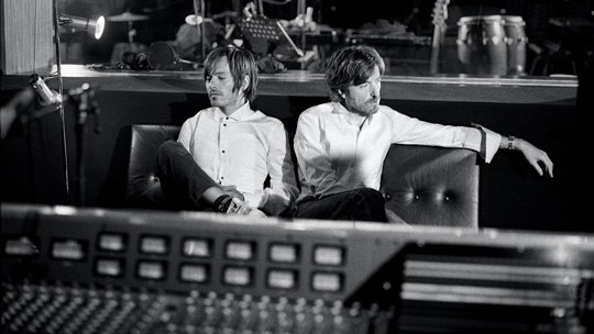 Nicolas Godin und Jean-Benoît Dunckel im Studio (© EMI)
