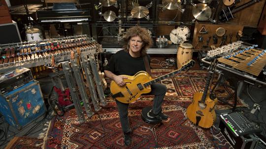 Pat Metheny in seinem wundersamen Musikkabinett (© Jimmy Katz)