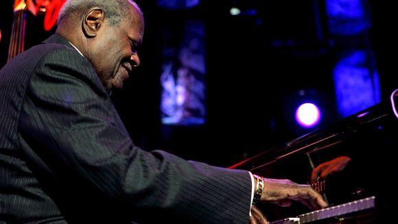 Oscar Peterson beim Montreux Jazz Festival 2005 (© Martial Trezzini/dpa)
