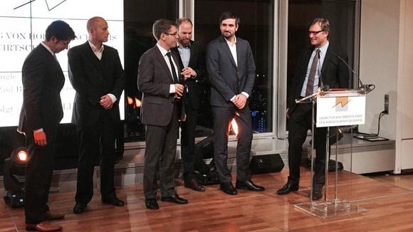 Matthias von Blumencron (rechts) übergibt dem Investigativem den Preis
