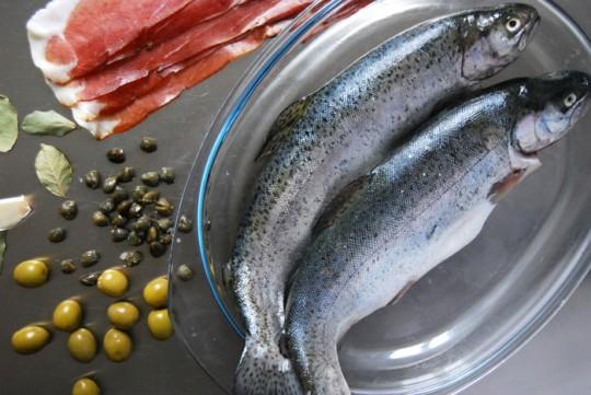Forelle mit Tiroler Speck umwickelt, im Päckchen mit Oliven und Kapernhttp://eatinmykitchen.meikepeters.com/trout-al-cartoccio/